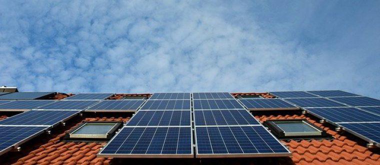 תנו לשמש לעבוד בשבילכם: יתרונות התקנת לוחות סולאריים על הגג